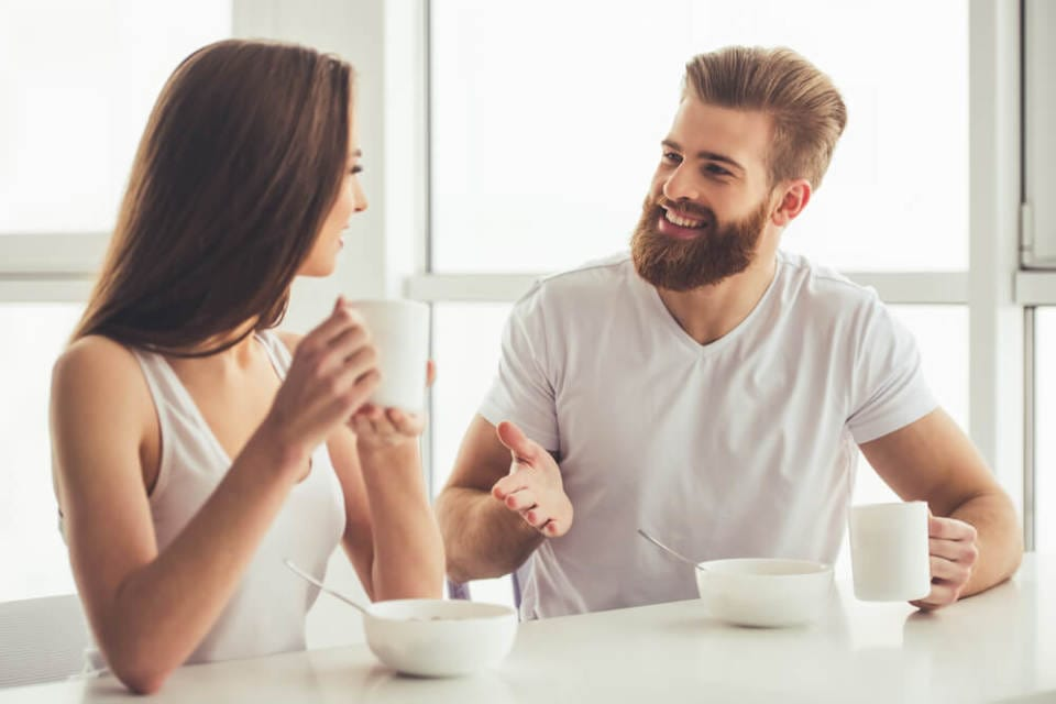 言葉よりも「しぐさ」が本音を語る。会話中相手の好意を読み解くポイント 1番目の画像