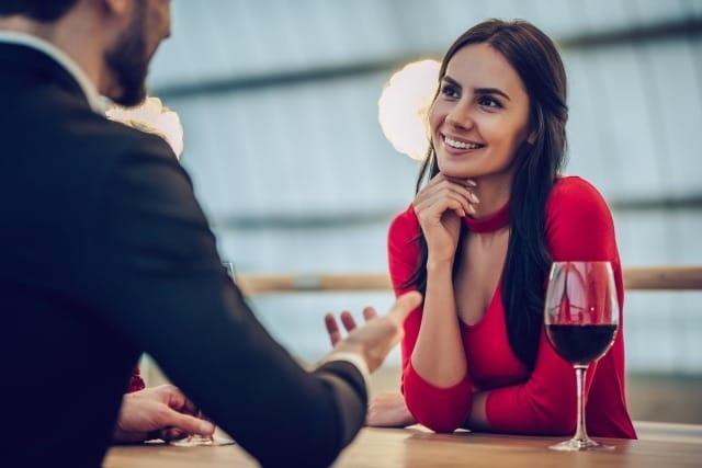 女性の脈ありサインは会話中の仕草・行動にあらわれる! 1番目の画像
