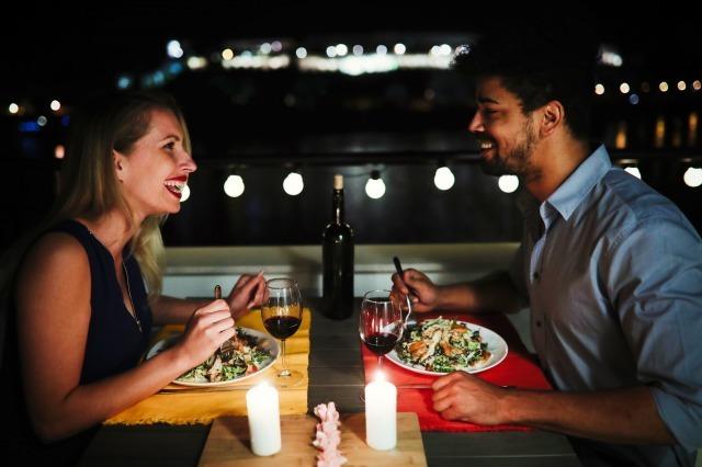 女性からOKがもらえる「ご飯の誘い方」!成功率30%アップのタイミングとは?|賢恋研究所 1番目の画像
