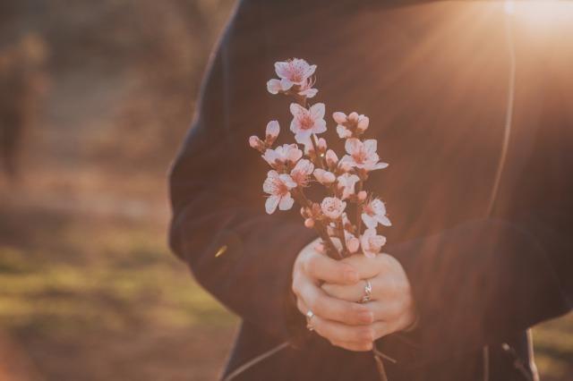 孤独感に押しつぶされそうになる原因は?独りぼっちに陥りやすい人の特徴と対処法|賢恋研究所 1番目の画像