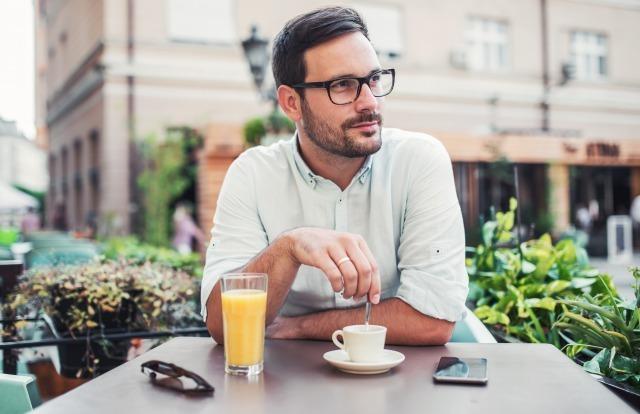 男性が嫉妬する心理とは?ヤキモチのサインと独占欲強めの男性の特徴を解説