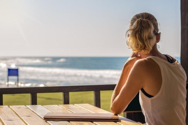 孤独感に押しつぶされそうになる原因は?独りぼっちに陥りやすい人の特徴と対処法|賢恋研究所